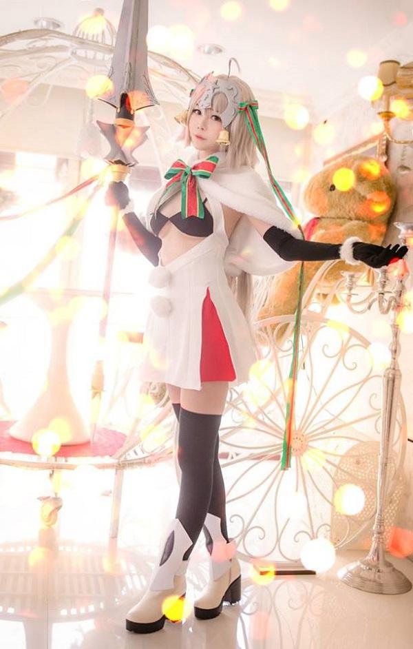 Cosplay mỹ nhân Jeanne d'Arc phiên bản Giáng Sinh cực ngọt ngào