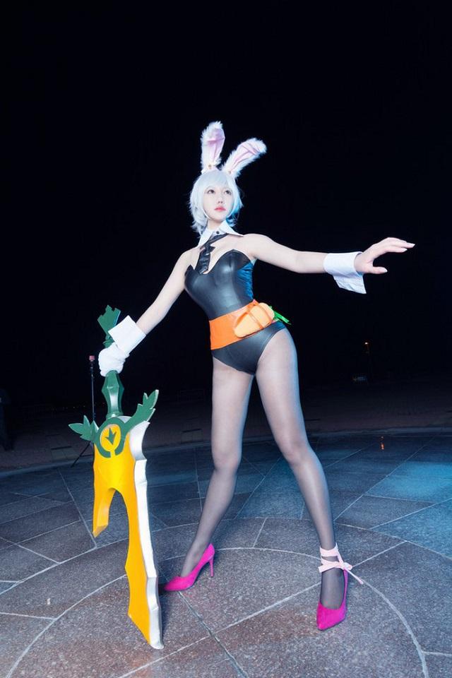 Ngất ngây với cosplay Riven Thỏ Ngọc siêu gợi cảm trong LMHT