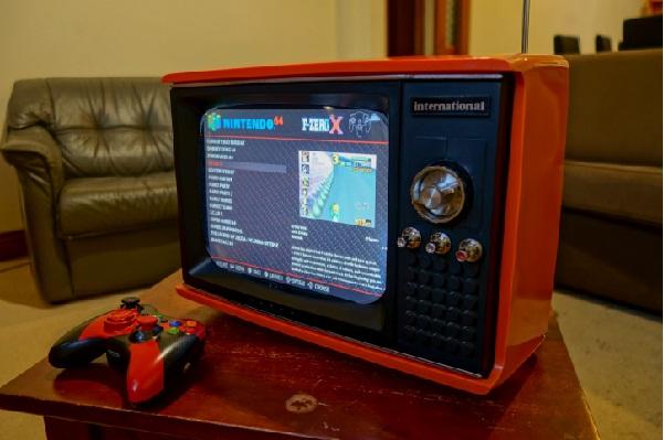 Kinh ngạc máy chơi game phong cách retro cực độc làm từ… tivi vứt đi