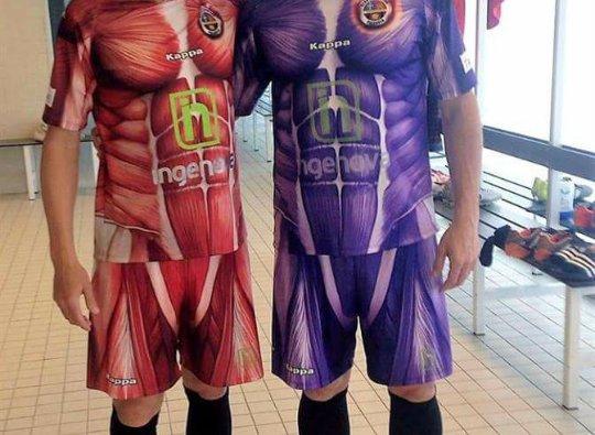 Chuyện lạ có thật - Dùng hình Attack on Titan làm đồng phục đội bóng