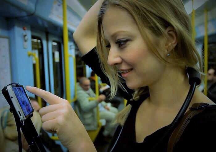 Dụng cụ giúp game thủ vừa đi toilet vừa chơi game mobile thoải mái