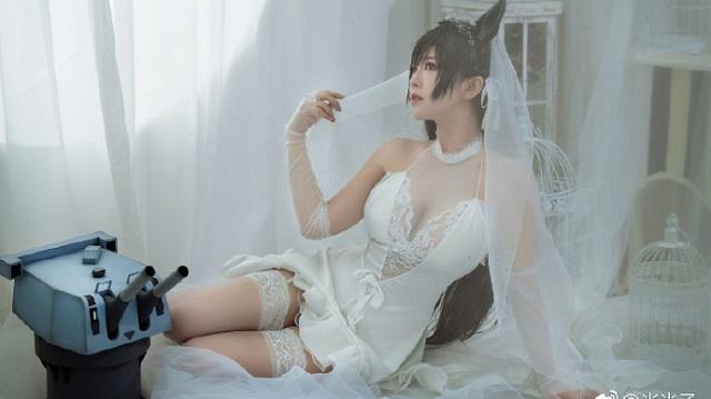 """Bỏng mắt với cosplay """"cô dâu"""" Atago cực gợi cảm trong Azur Lane"""