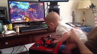 Xem nhóc tỳ 6 tháng tuổi quẩy trong Street Fighter V