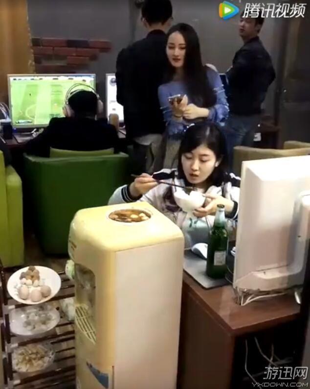 Nữ game thủ LMHT nấu lẩu bằng máy uống nước nóng lạnh ở tiệm net