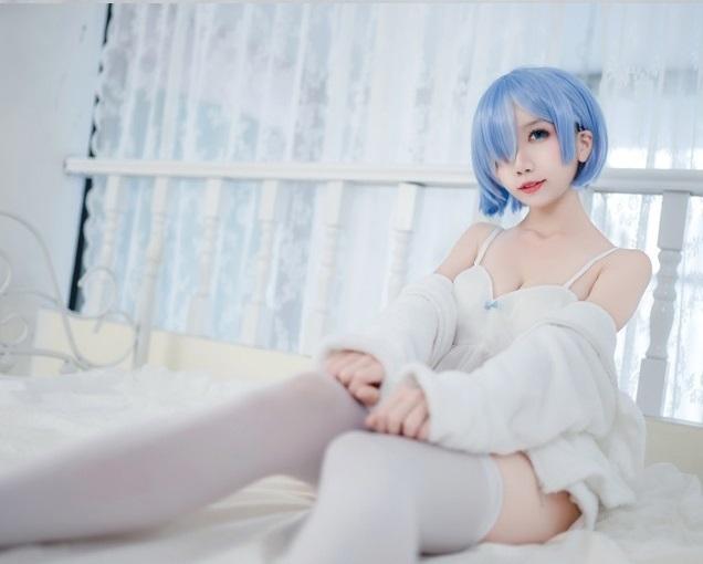 """Bỏng mắt với cosplay bé Rem loli cực """"nuột"""" trong Re:Zero"""